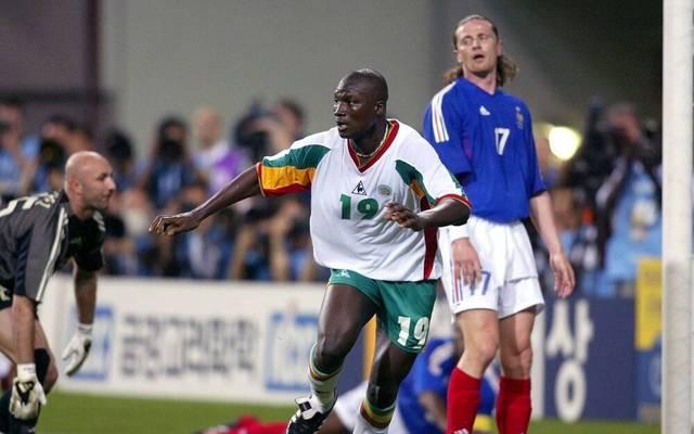 Pape Bouba Diop (Mitte, Senegal) hat das 0:1 erzielt; Torwart Barthez (li.) und Petit (beide Frankreich) enttäuscht