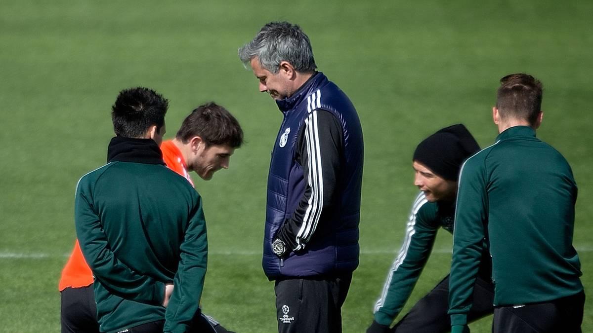 Iker Casillas (l.) wurde von Mourinho bei Real dauerhaft auf die Bank verbannt