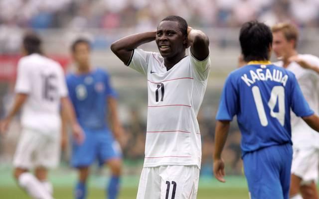 Freddy Adu im Spiel gegen Japan um Shinji Kagawa (r.) bei den Olympischen Spielen 2008