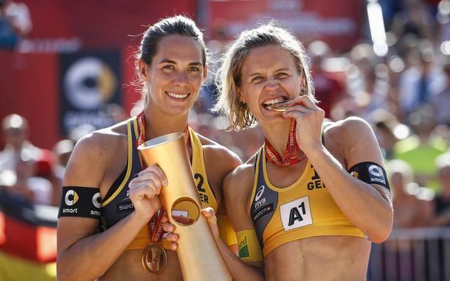 Kira Walkenhorst (links) und Laura Ludwig feiern ihren WM-Titel in Wien