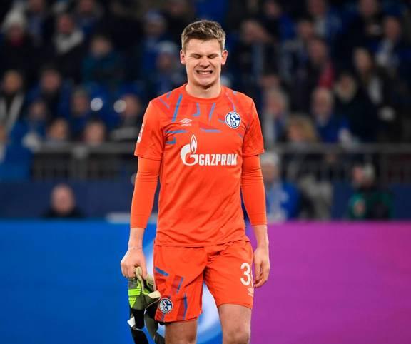 Schalke-Torhüter Alexander Nübel hat beim 1:0-Sieg gegen Eintracht Frankfurt mit einem brutalen Kung-Fu-Tritt für Schlagzeilen gesorgt