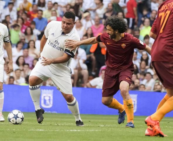 """Nanu, wer ist denn das? Beim Benefizspiel """"Corazon Classic"""" zwischen den Veteranen von Real Madrid und AS Rom gab auch der ehemalige Weltfußballer Ronaldo sein Comeback für die Königlichen. Die Topform von damals hat der Brasilianer nicht mehr"""