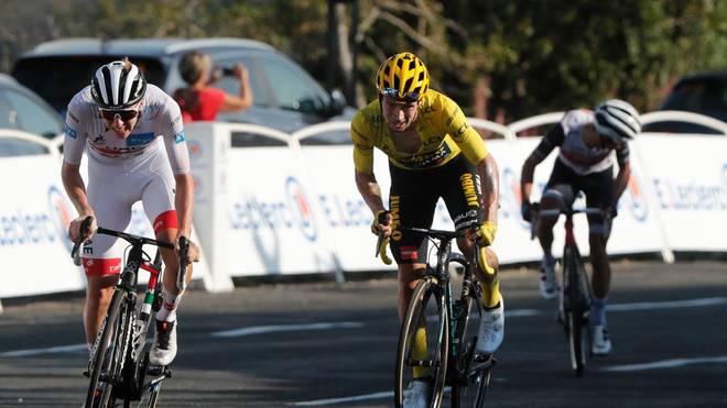 Tadej Pogacar (li.) setzt sich bei der 15. Etappe der Tour de France gegen Landsmann Primoz Roglic (re.) durch