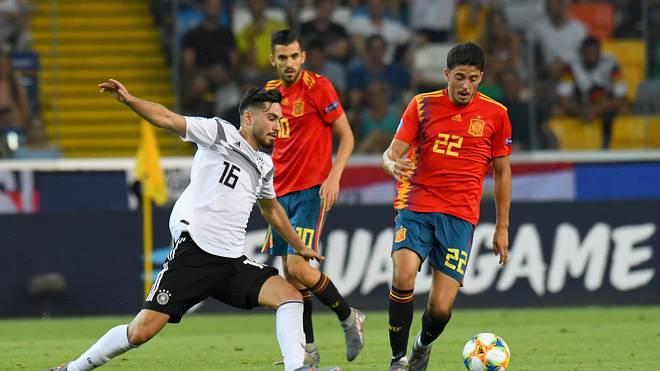 Suat Serdar (l.) sollte den spanischen Spielaufbau mit unterbinden. Das gelang besonders in der Anfangsphase nicht