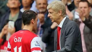 Mesut Özil (l.) wechselte im vergangenen Jahr von Real Madrid nach London