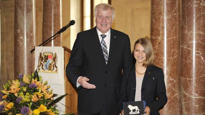 Gianina Ernst mit dem damaligen bayerischen Ministerpräsidenten Horst Seehofer bei Staatsempfang nach der Rückkehr aus Sotschi