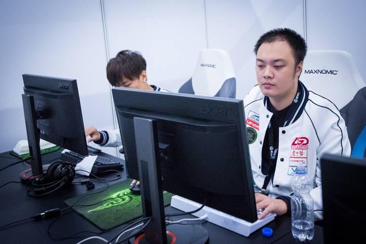 """Lei """"MMY!"""" Zengrong spielt aktuell bei LGD Gaming, die auf dem The International 2015 den 3. Platz erreichten. Dafür gab es für das Team ein Preisgeld von 2.211.554 US-Dollar. Der Chinese verdiente an Preisgeldern insgesamt 1.042.415 US-Dollar"""