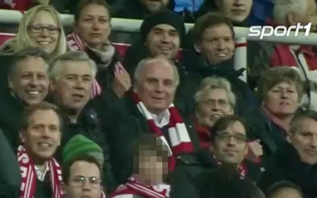 Julian Nagelsmann (rechts oben) saß eine Reihe über Uli Hoeneß