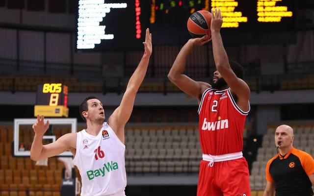 Paul Zipser (l., hier gegen Aaron Harrison) wurde bei der Niederlage der Bayern-Basketballer in der EuroLeague gegen Piräus zur tragischen Figur