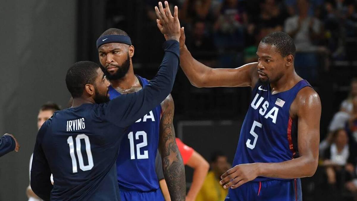 Kevin Durant (r.) verteidigt Kyrie Irving (l.)