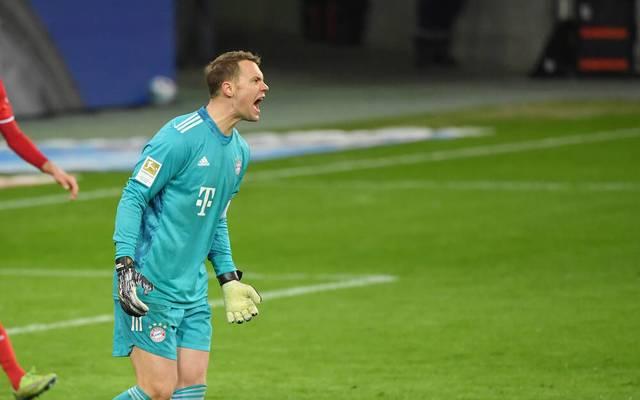 Manuel Neuer schimpft nach einem Gegentor mit seinen Vorderleuten