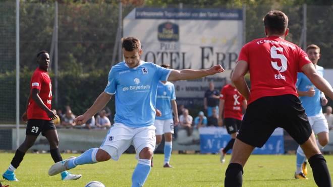 Die Spieler des TSV 1860 München (blau) werden gegen den FC Bayern München II mit einem Chip im Trikot spielen