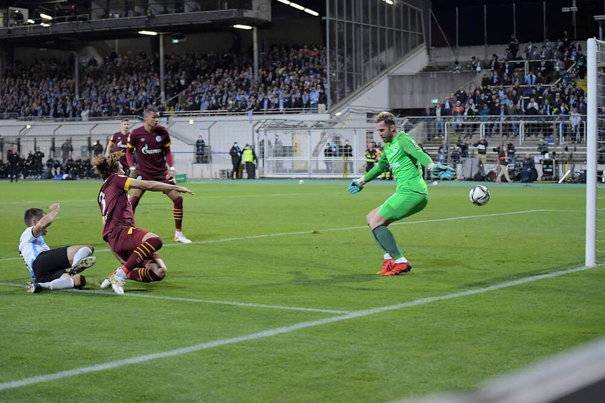 Für den FC Schalke 04 endet die Pokal-Saison bereits in der 2. Runde. Hertha und Leipzig zittern sich weiter, Hoffenheim siegt kurios.