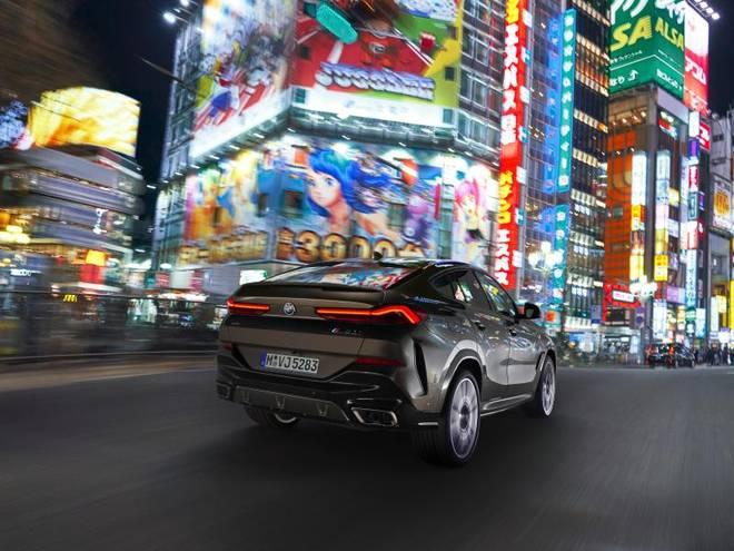 Auch von hinten macht der BMW X6 deutlich, dass er sich in den Konvoi der braven Familien-SUVs nicht einreihen will