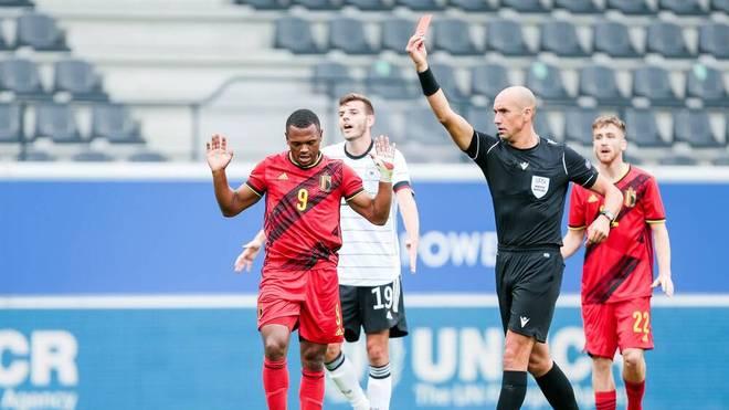 Bielefelds Amos Pieper (l) sieht gegen Belgien rot