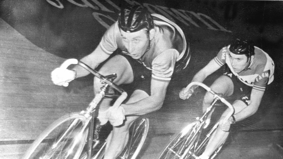 TDF-ANQUETIL-ILLUSTRATION Nicht nur auf der Straße war Jacques Anquetil (l.) ein Ass. Auch im Bahnrad hatte er seine Stärken. Hier wird er von dem späteren Tour-Dominator Eddy Merckx verfolgt