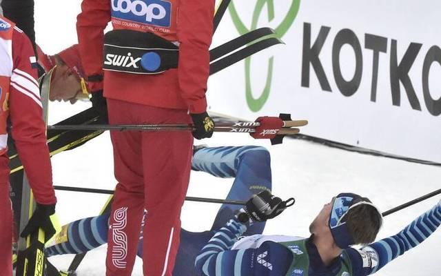 Alexander Bolshunov (l.) sorgte mit seiner Attacke für einen Eklat