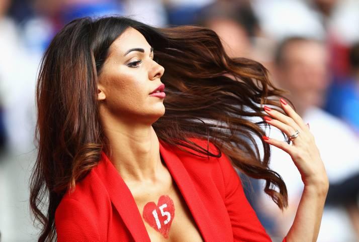 Das Haar wehend im Wind, die Hand grazil erhoben, präsentiert sich dieser weibliche Fan vor dem wichtigen Duell zwischen Frankreich und der Schweiz in Lille