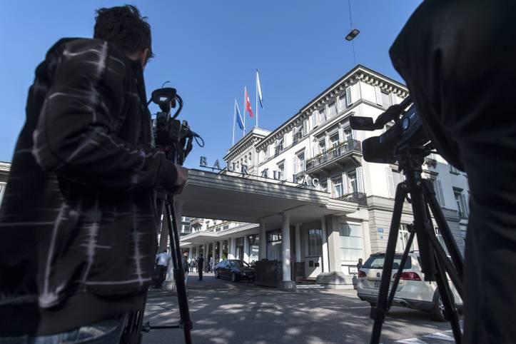 """Es geht um den Verdacht auf Geldwäscherei, Bestechung, Schmiergeldzahlungen bei den WM-Vergaben - und das in Höhe von über 100 Millionen Dollar: Das Fünf-Sterne-Hotel """"Baur-au-Lac"""" ist Schauplatz einer spektakulären Verhaftungsaktion der Schweizer Behörden. Sieben FIFA-Funktionäre werden verhaftet, später erhebt das US-Justizministerium Anklage gegen neun Personen wegen Verschwörung und Korruption"""