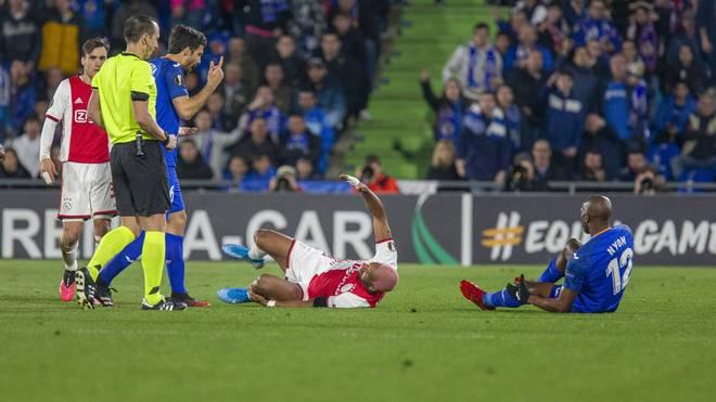 Ajax-Star Ryan Babel (M.) warf sich neben Nyom (r.) zu Boden