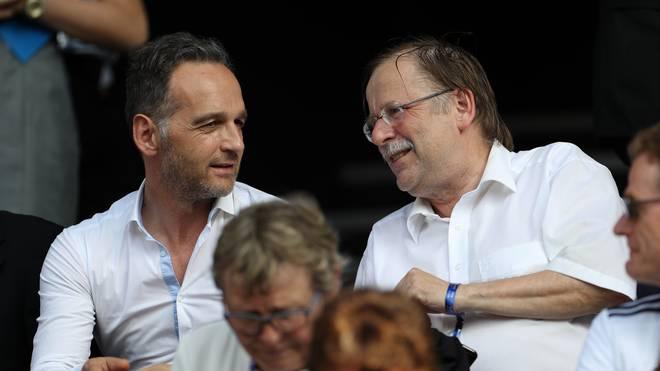 Dr. Rainer Koch (r., im Gespräch mit Deutschlands Außenminister Heiko Maas) agiert derzeit gemeinsam mit Dr. Reinhard Rauball als Interimsspitze des DFB