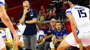 Seinem Coach Mauro Berruto zu Füßen liegt dieser Italiener im Spiel gegen Argentinien