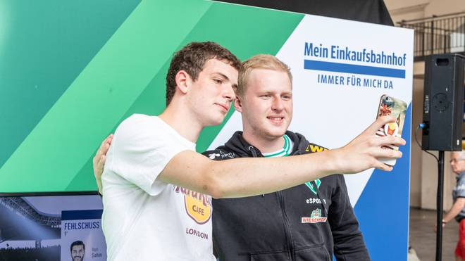FIFA-Profi Michael Bittner (rechts) sieht den eSport im Aufwind
