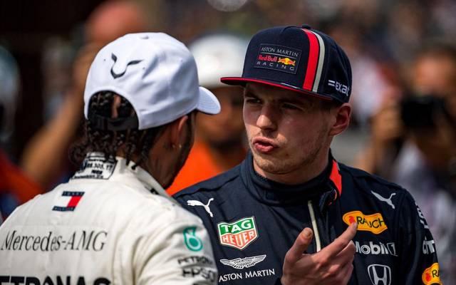Max Verstappen (r.) hat Lewis Hamilton schon vor der Saison den Kampf angesagt