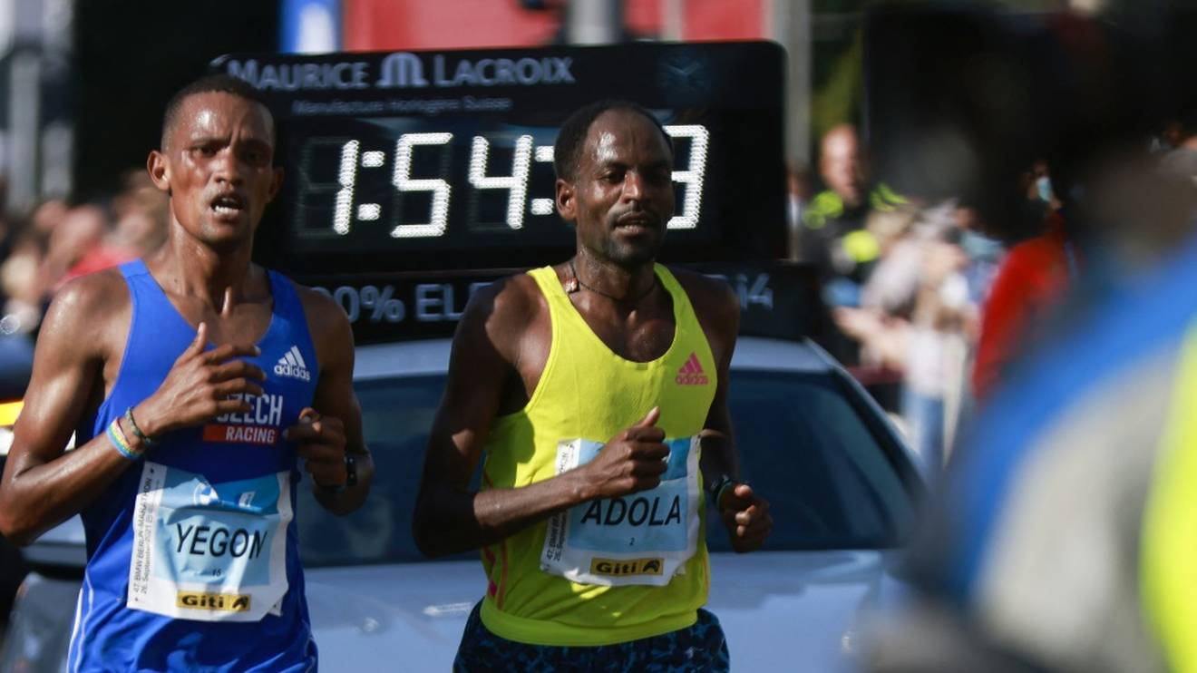 Gewinner des 47. Berlin-Marathons: Guye Adola (r.)