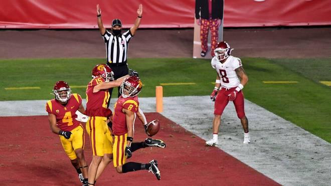 Amon-Ra St. Brown (Nr. 8) von den USC Trojans feiert einen seiner vier Touchdowns