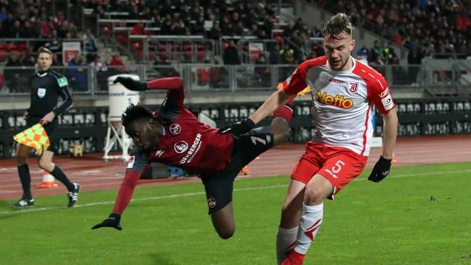 Nürnbergs Edgar Salli (l.) rettet mit seinem Tor zum Endstand einen Punkt gegen Regensburg