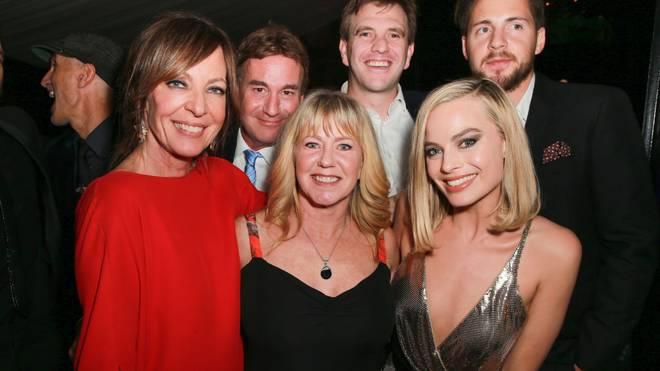"""Tonya Harding (M.) mit den """"I, Tonya""""-Darstellerinnen Allison Janney (l.) und Margot Robbie"""
