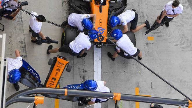 Formel 1 Boxenstopp: Die Boxencrew tauscht den Frontflügel.