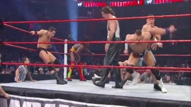 John Cena (r.) schlug Alex Riley beim WWE Royal Rumble 2011 von hinten nieder
