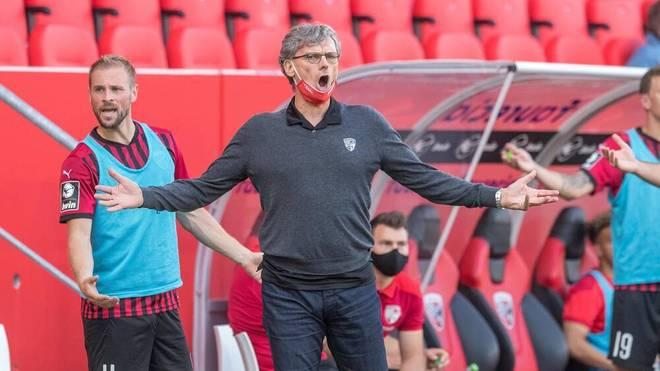 Michael Henke, Sportdirektor des FC Ingolstadt, echauffiert sich