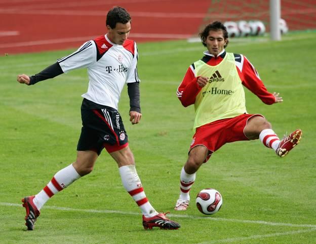 Im Alter von sechs Jahren taucht Mats Hummels erstmals beim FC Bayern auf und durchläuft alle Jugendmannschaften. Im Mai 2007 feiert er für 38 Minuten sein Debüt in der Bundesliga, ehe er im Winter darauf zunächst auf Leihbasis dem Lockruf von Borussia Dortmund folgt