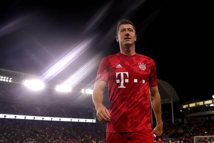 Robert Lewandowski trägt hier das neue Bayern-Trikot, dass sich sicherlich auch viele Fans sichern werden. Doch wo liegt der Preis des Bayern-Trikots im Preisvergleich mit der Liga-Konkurrenz?