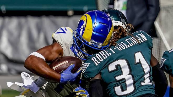 NFL Regeln: Der Verteidiger (rechts) trifft den Ballträger beim tackeln am Kopf.