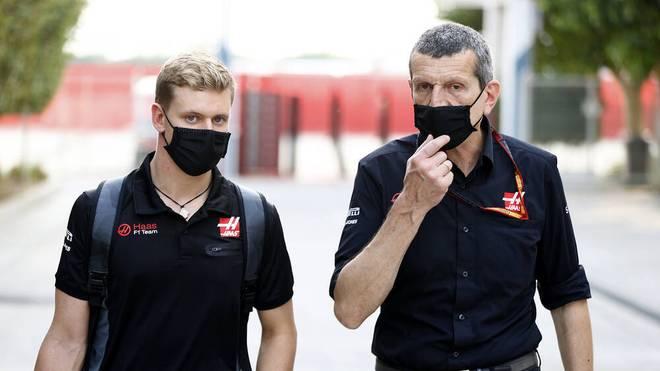 Haas-Teamchef Günther Steiner (r.) verfolgt mit Mick Schumacher langfristige Ziele