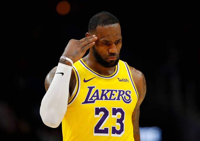 Meilenstein für LeBron James! Mit 29 Punkten gegen die Philadelphia 76ers überholt er in der ewigen NBA-Scorerliste die verstorbene Lakers-Legende Kobe Bryant. Der 35-Jährige pirscht sich damit weiter an die Spitze des Rankings heran, die er aber wohl nicht erreichen wird