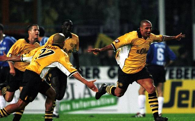 Giuseppe Reina (BVB, re.) jubelt über seinen Treffer zum 1:0 beim Auswärtssieg in Bielefeld