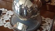 Mehrere Pokale für seine Erfolge hat Guardiola im Haus seiner Eltern hinterlegt