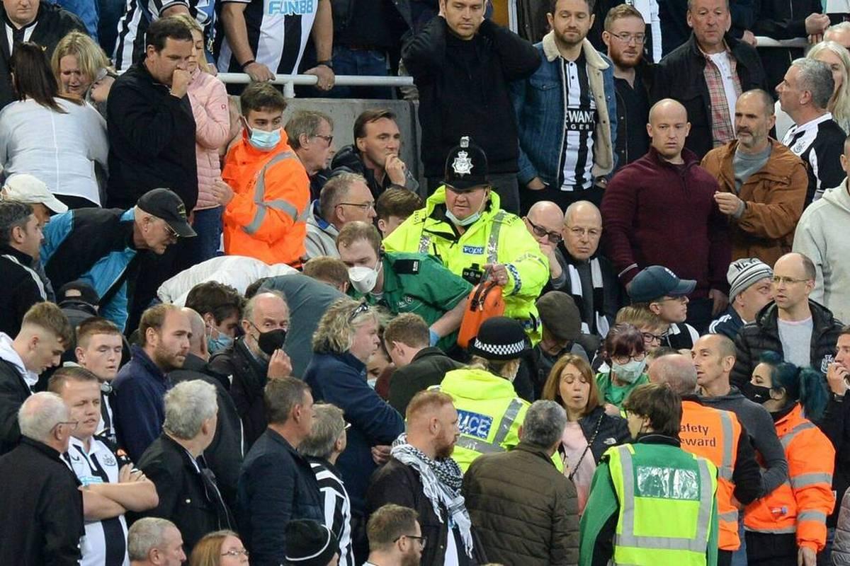 Im Premier-League-Spiel von Newcastle United und den Tottenham Hotspur kommt es zu einer Unterbrechung. Ein Fan erleidet einen medizinischen Notfall.