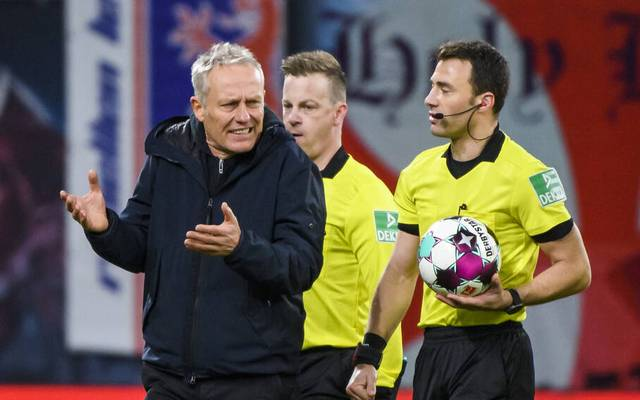Christian Streich (l., mit Felix Zwayer) hadert in Leipzig mit dem Elfmeterpfiff