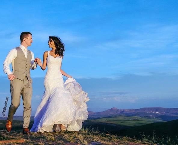 Bereits seit 2008 sind Herthas Alexander Baumjohann und seine brasilianische Partnerin Tati verheiratet.  2004 haben sich beide auf einer Geburtstagsfeier kennengelernt - damals war er 17, sie 21. Inzwischen haben beide zwei gemeinsame Töchter, Tati zog für Baumjohann nach Deutschland - und erinnert sich nun bei Instagram gern zurück an die Hochzeit
