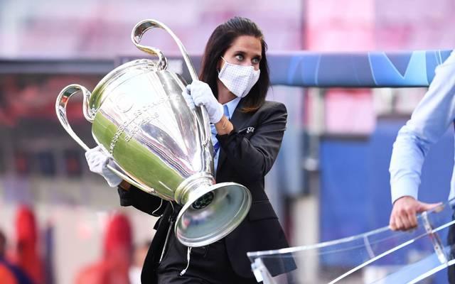 Eine Mitarbeiterin der UEFA mit dem Henkelpott