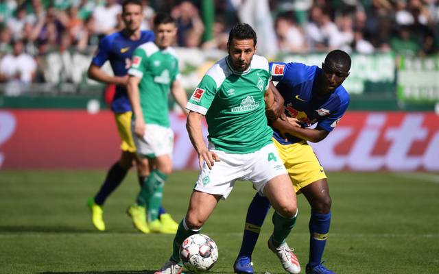 BREMEN, GERMANY - MAY 18: Claudio Pizarro (L) of Werder Bremen challenges for the ball with Amadou Haidara (R) of RB Leipzig during the Bundesliga match between SV Werder Bremen and RB Leipzig at Weserstadion on May 18, 2019 in Bremen, Germany.  (Photo by Oliver Hardt/Bongarts/Getty Images)