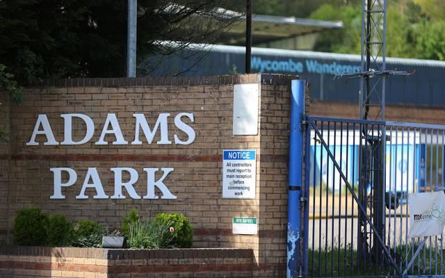Im Adams Park, Heimstätte der League-Two-Mannschaft Wycombe Wanderers, ruht der Ball