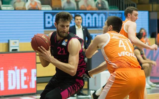 Die Telekom Baskets Bonn um Leon Kratzer (l.) feiern gegen RASTA Vechta ihren ersten Saisonsieg in der BBL