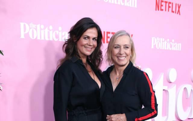 "Martina Navratilova mit Partnerin Julia Lemigova bei der Premiere von ""The Politician"""